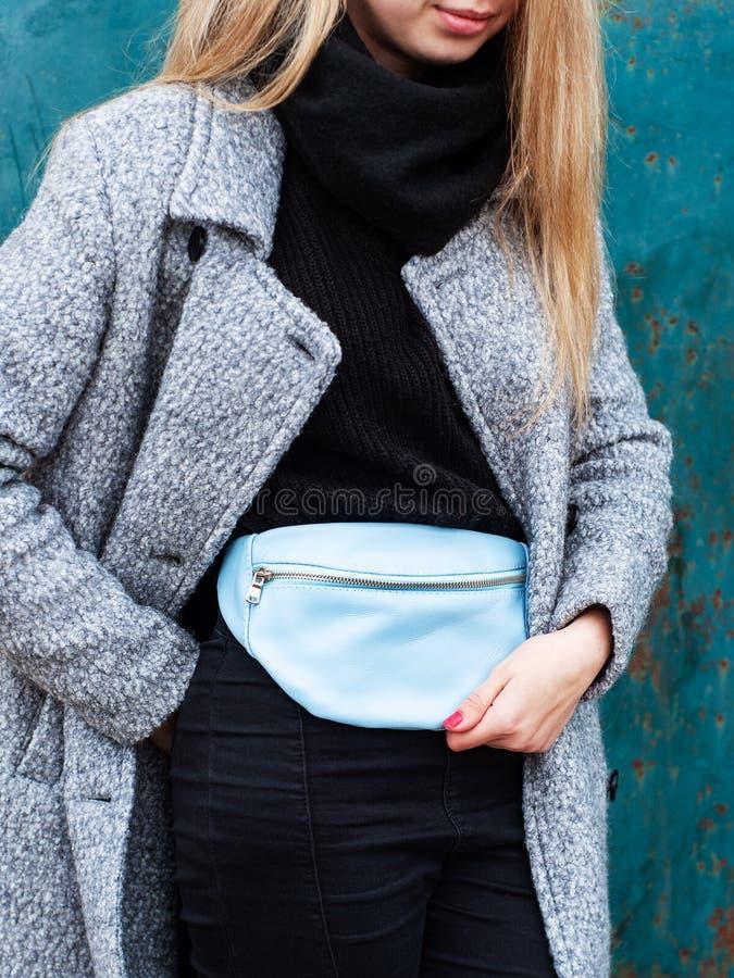 Muchacha con un bolso de cuero de la cintura imágenes de archivo libres de regalías