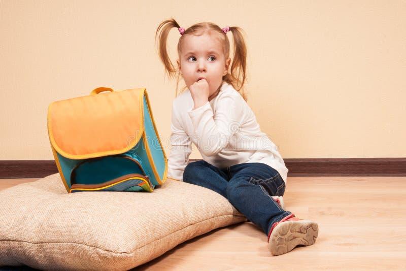 Muchacha con un bolso de escuela fotos de archivo libres de regalías