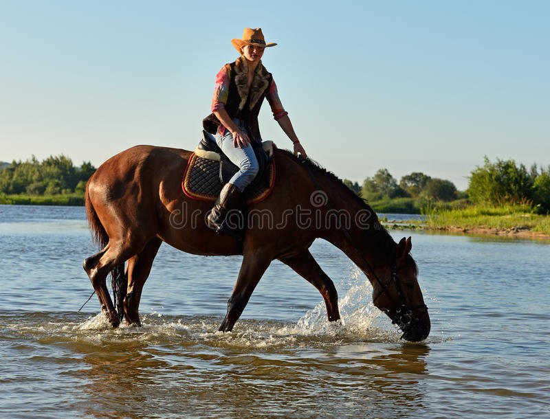 Muchacha con un caballo imagen de archivo