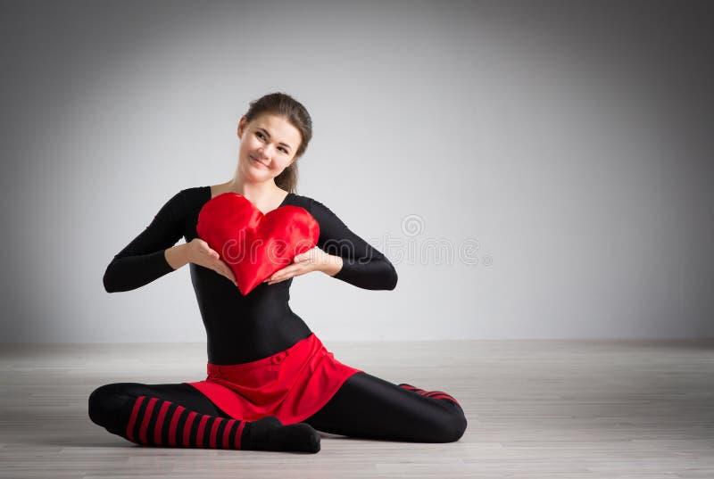 Muchacha con un corazón en sus manos foto de archivo libre de regalías