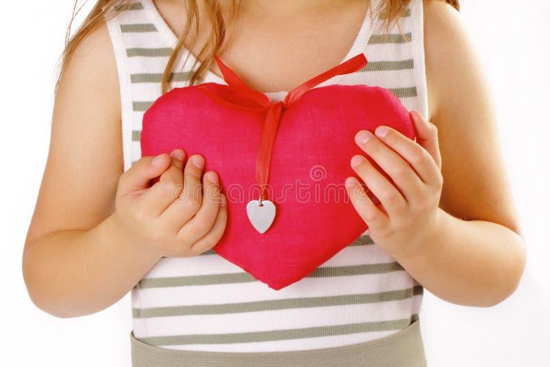 Muchacha con un corazón rojo fotos de archivo