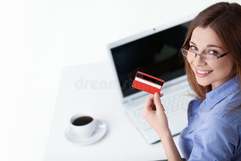 Muchacha con un de la tarjeta de crédito imagen de archivo libre de regalías