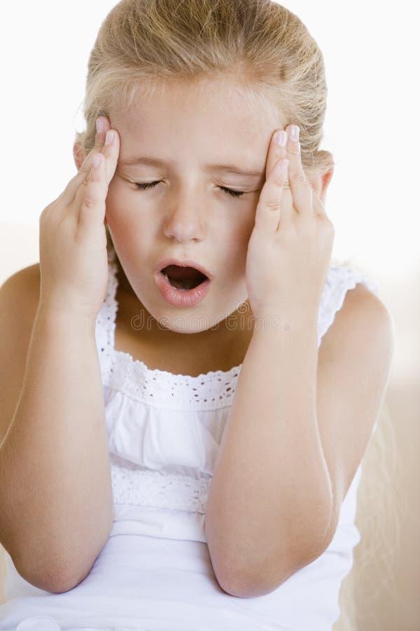 Muchacha con un dolor de cabeza fotos de archivo libres de regalías