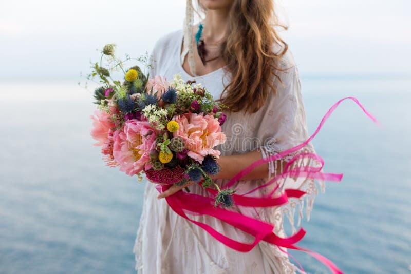 Muchacha con un estilo del boho del ramo de la boda fotografía de archivo libre de regalías