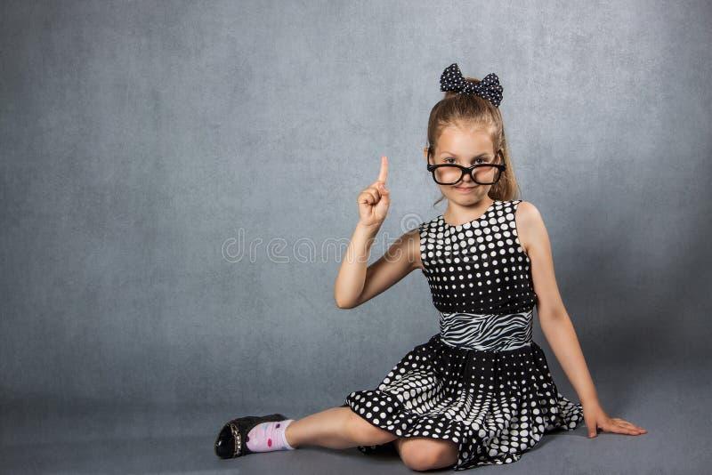 Muchacha con un finger aumentado imagen de archivo