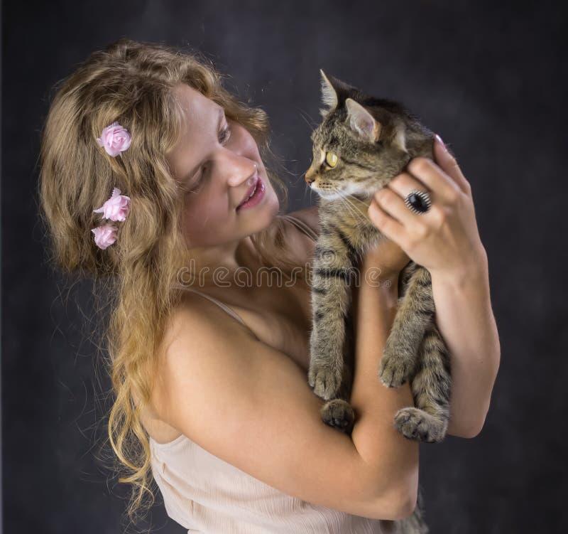 Muchacha con un gato fotografía de archivo libre de regalías