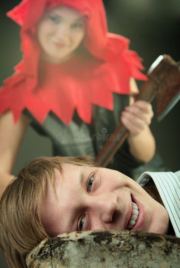 Muchacha con un hacha fotografía de archivo