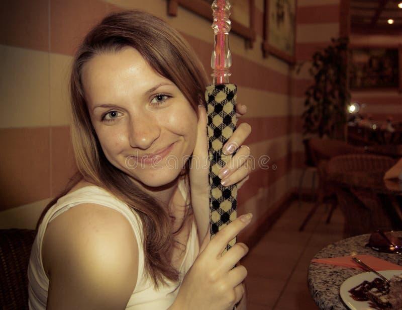 Muchacha con un hooka fotografía de archivo libre de regalías