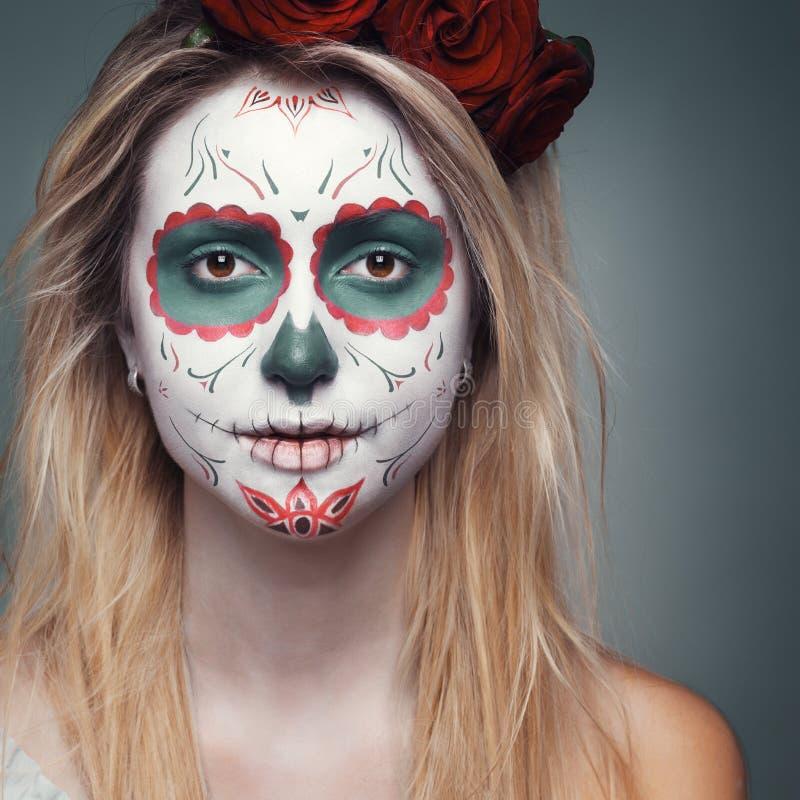 Muchacha con un maquillaje de la cara del cráneo imagen de archivo