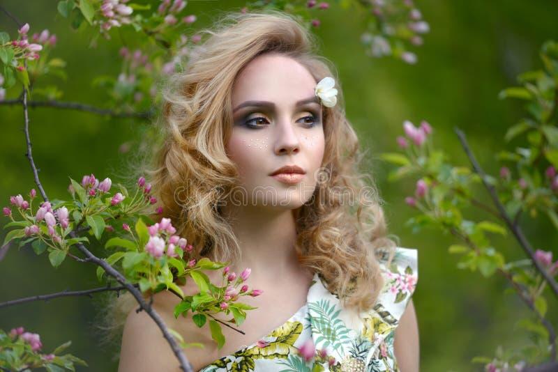 Muchacha con un maquillaje hermoso fotografía de archivo libre de regalías