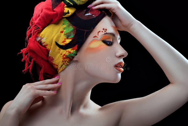 Muchacha con un modelo en la cara imágenes de archivo libres de regalías
