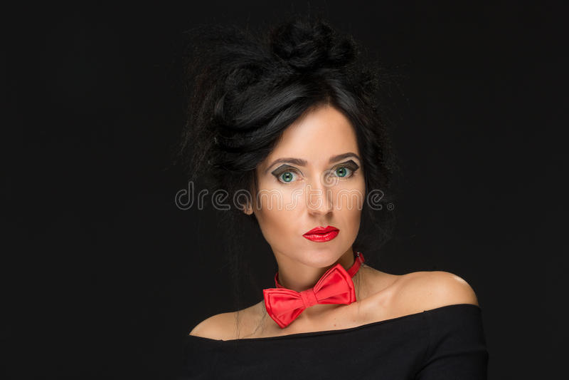Muchacha con un peinado complicado en un negro fotografía de archivo libre de regalías