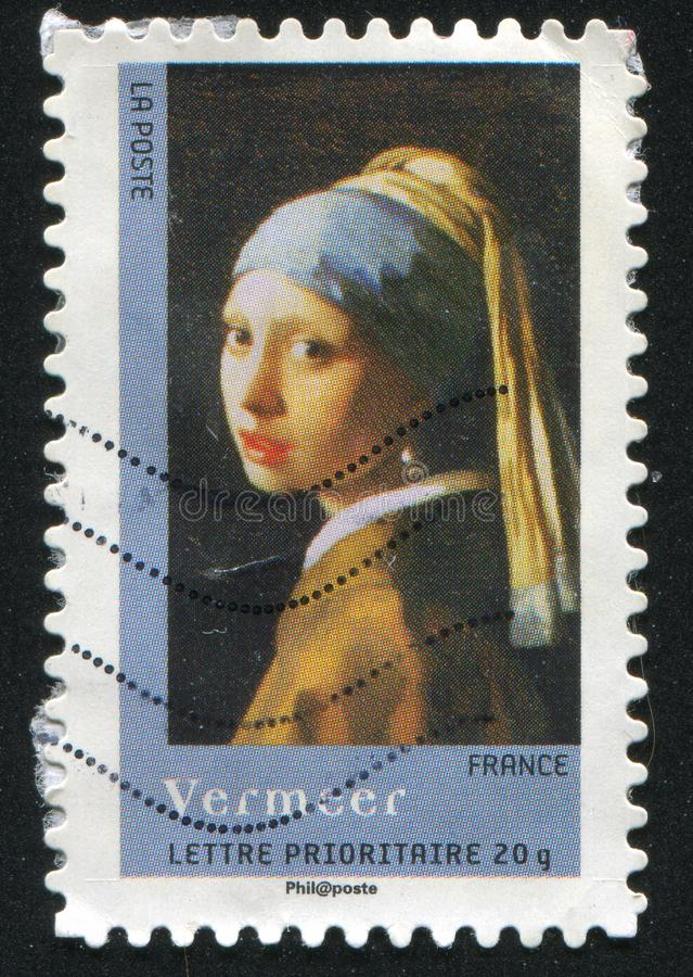 Muchacha con un pendiente de la perla fotografía de archivo