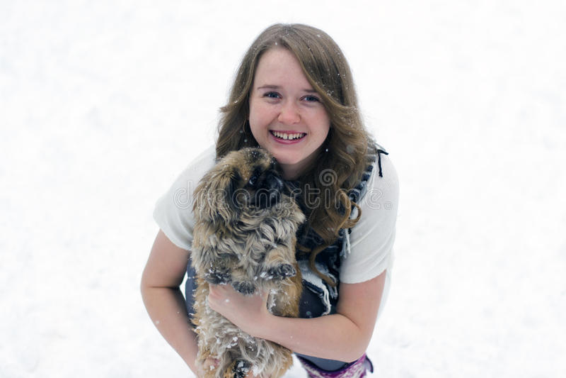 Muchacha con un perro en sus brazos foto de archivo libre de regalías