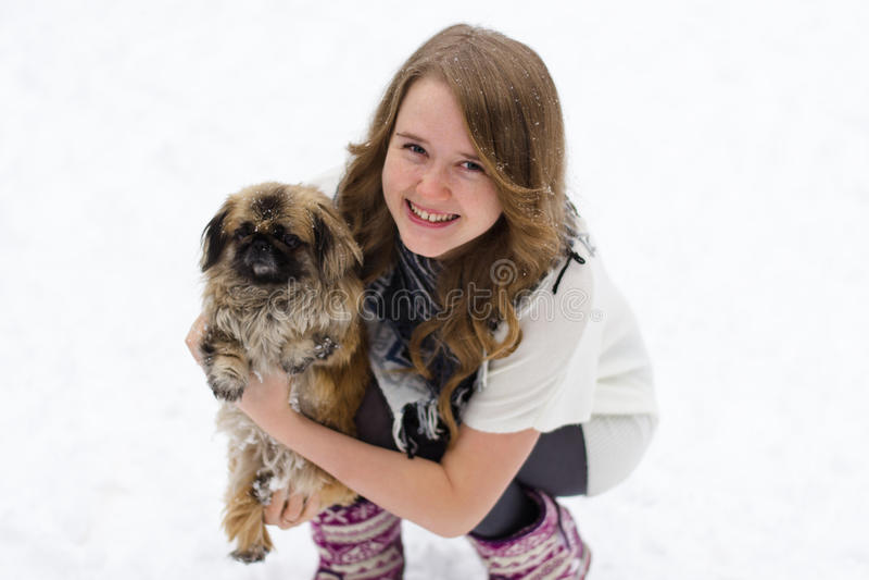 Muchacha con un perro en sus brazos imágenes de archivo libres de regalías