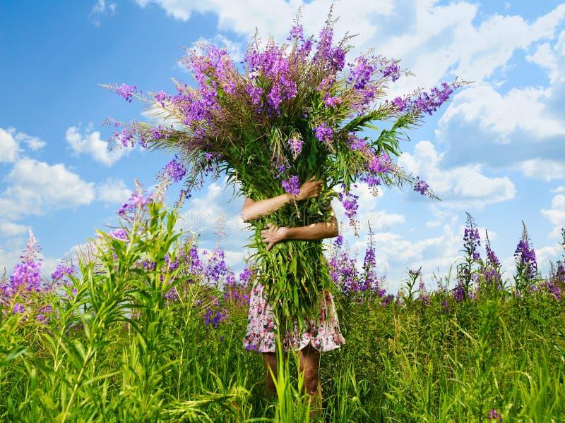 Muchacha con un ramo gigante de flores imágenes de archivo libres de regalías