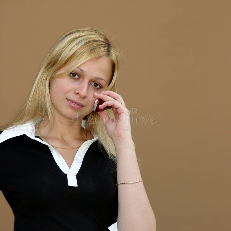 muchacha con un teléfono imagenes de archivo