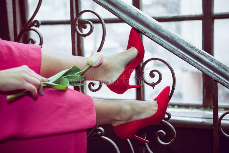 Muchacha con un tulipán en las escaleras 2 foto de archivo libre de regalías