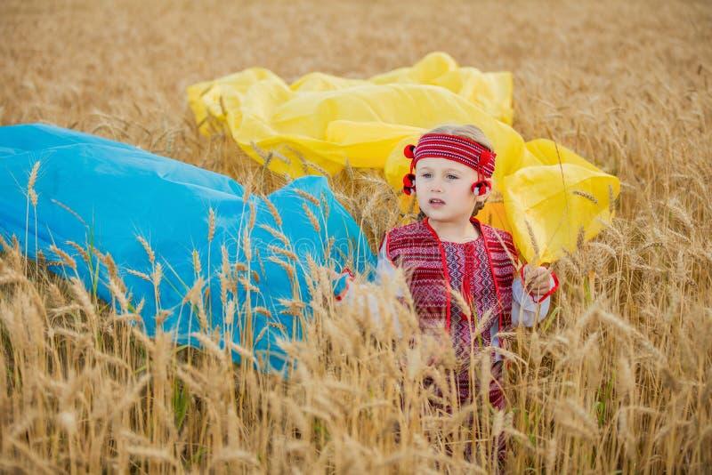 Muchacha con una bandera de Ucrania foto de archivo