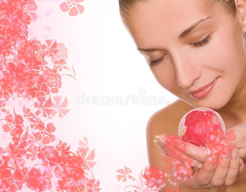 Muchacha con una bola del baño foto de archivo libre de regalías