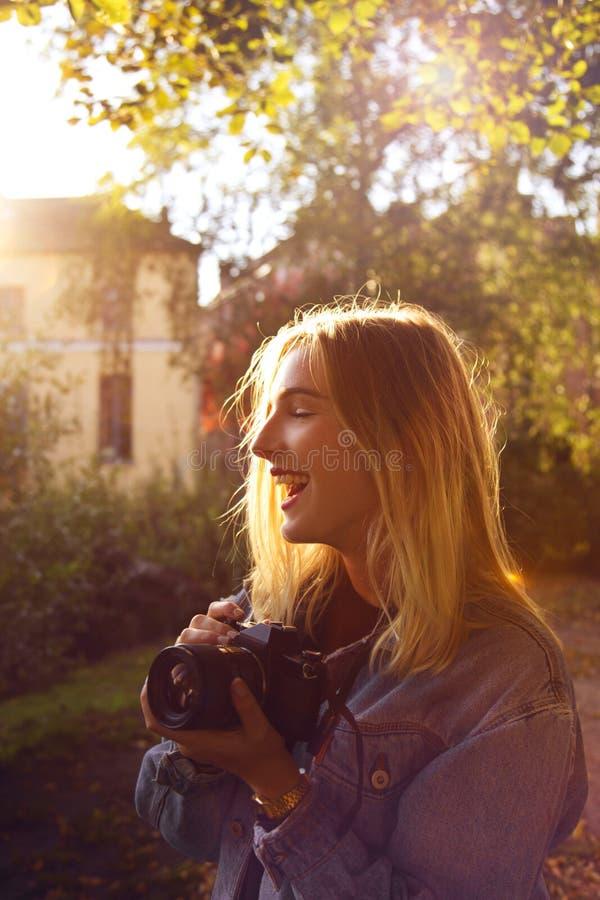 Muchacha con una cámara imagenes de archivo