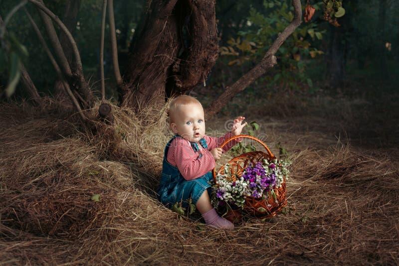 Muchacha con una cesta de flores fotografía de archivo