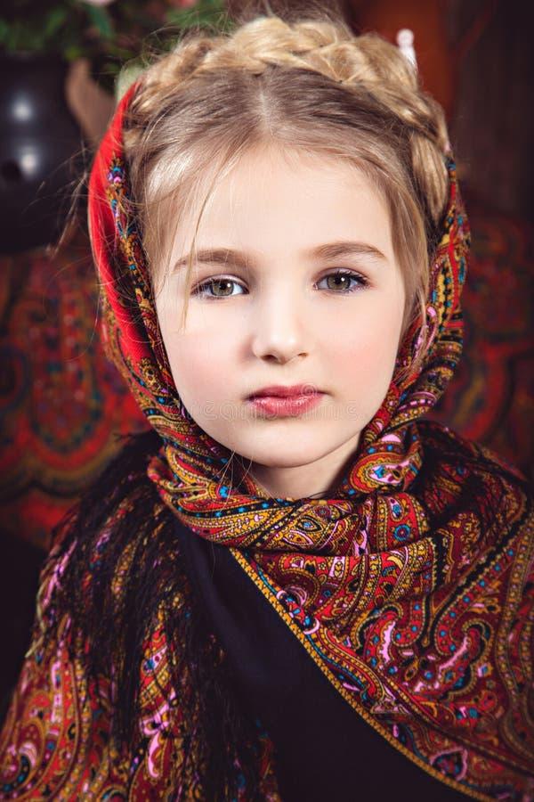 Muchacha con una coleta en pañuelo coloreado fotos de archivo