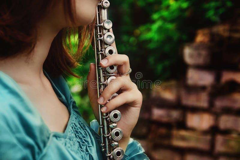 Muchacha con una flauta plateada fotografía de archivo libre de regalías