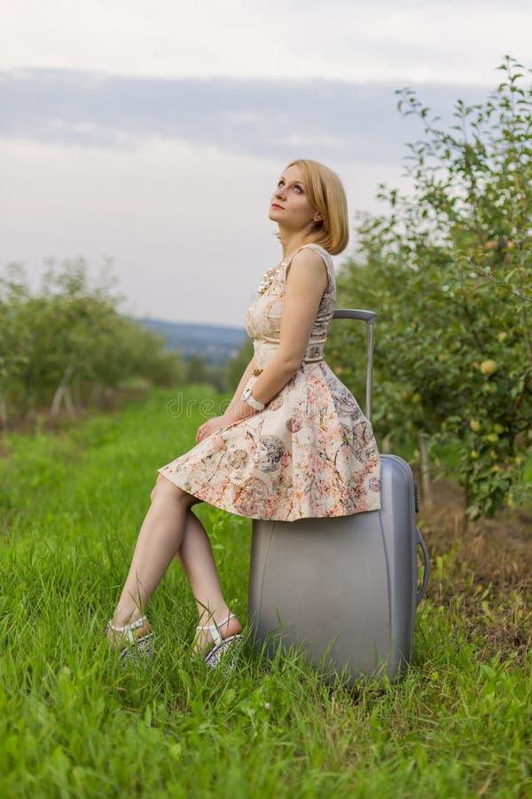 Muchacha con una maleta fotos de archivo