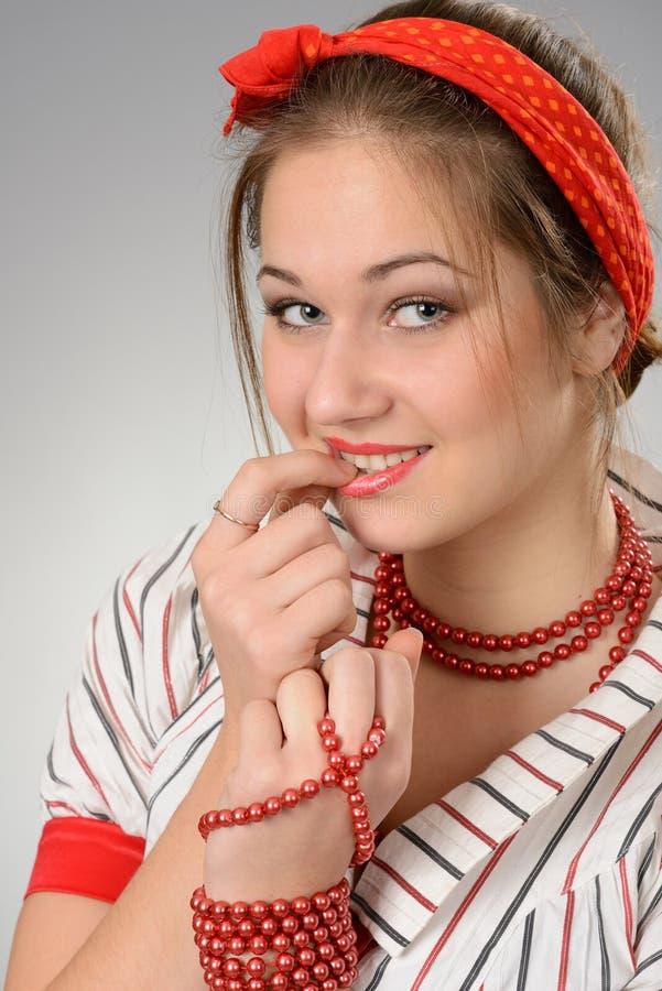 Muchacha con una sonrisa ingeniosa imagen de archivo libre de regalías