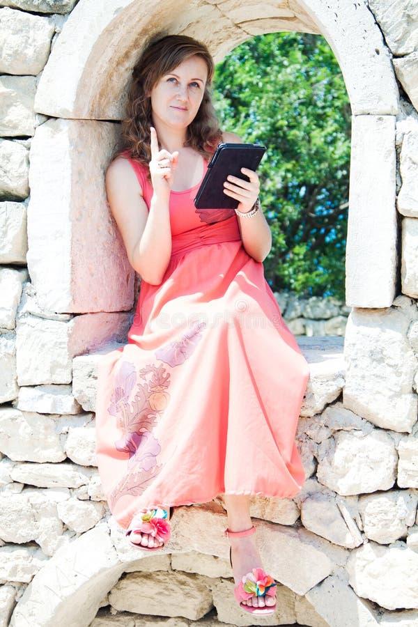 Muchacha con una tableta fotografía de archivo libre de regalías