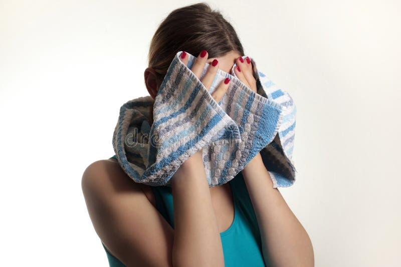 Muchacha con una toalla imagen de archivo libre de regalías
