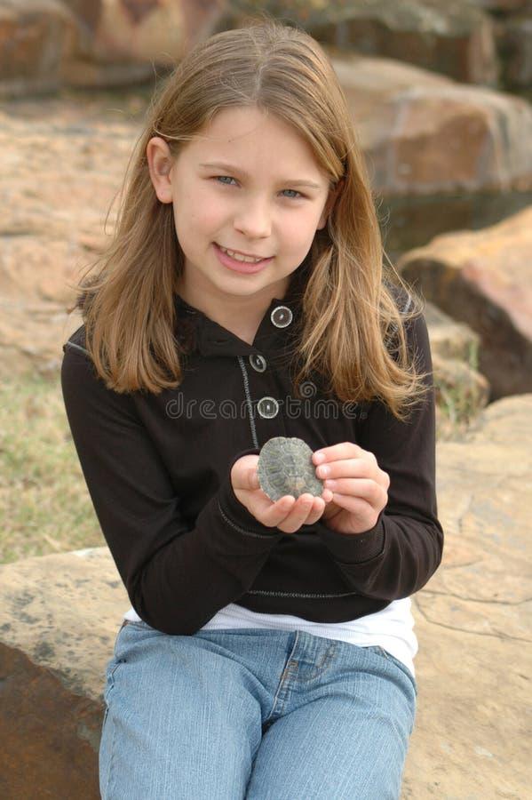 Muchacha con una tortuga foto de archivo libre de regalías