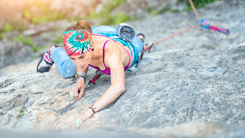 Muchacha concentrada en un paso de la escalada foto de archivo libre de regalías