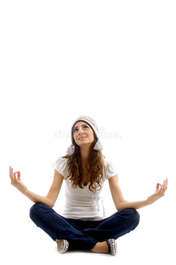 Muchacha consciente de la salud que hace la meditación imágenes de archivo libres de regalías
