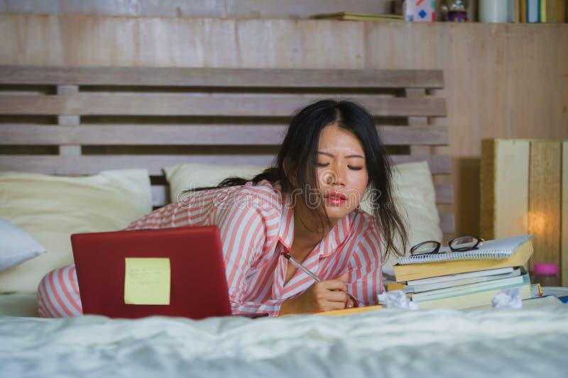 Muchacha coreana asiática confiada y hermosa joven del estudiante que prepara el examen de la universidad que estudia en casa el  imágenes de archivo libres de regalías