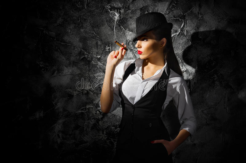 Muchacha criminal peligrosa y hermosa con el cigarro fotografía de archivo