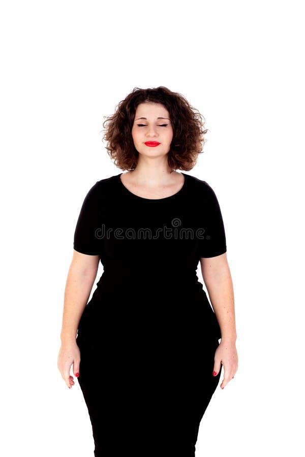 Muchacha curvy hermosa con el vestido negro y los labios rojos que cierran su e fotografía de archivo