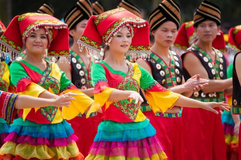Muchacha de baile china en el festival étnico de Zhuang imagen de archivo