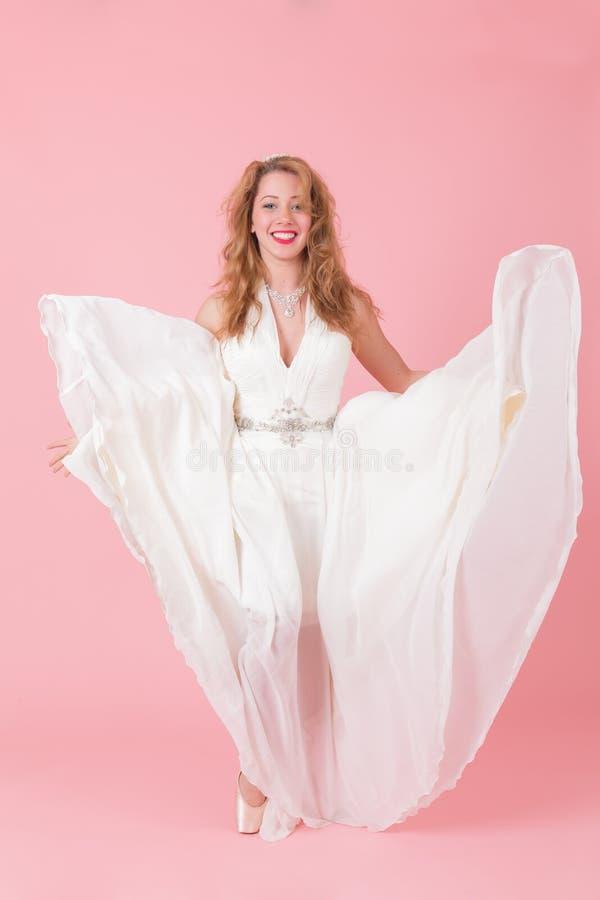 Muchacha de baile en un vestido blanco fotos de archivo libres de regalías
