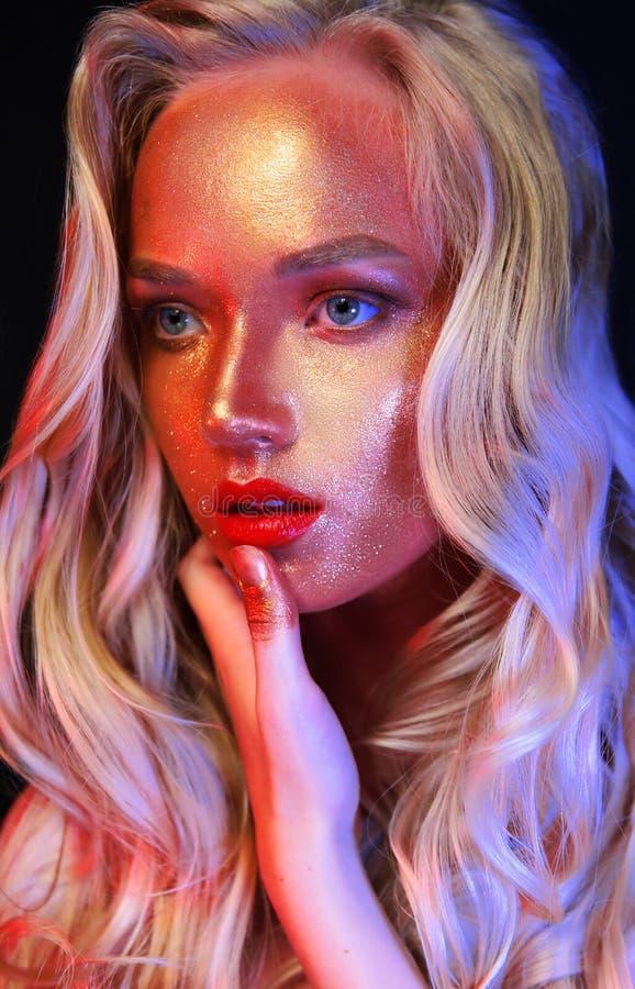 Muchacha de Beautyful con brillo del oro en su cara foto de archivo libre de regalías