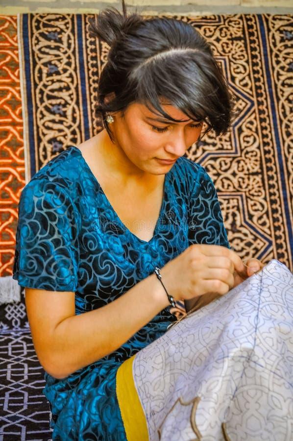 Muchacha de bordado en Uzbekistán foto de archivo