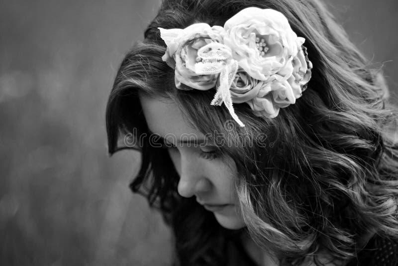 Muchacha de Bouring en blanco y negro imagen de archivo