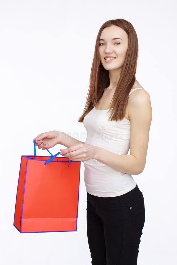 Muchacha de compras feliz que sostiene el bolso shoping en manos imagenes de archivo