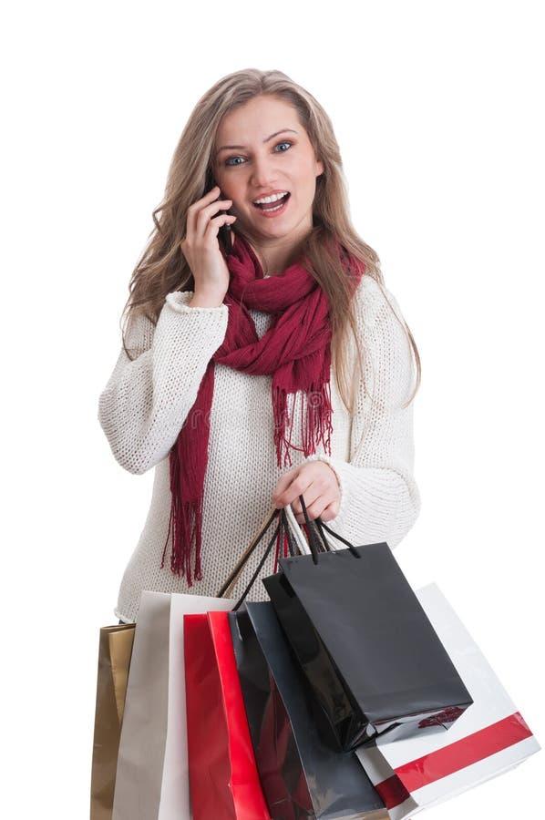 Muchacha de compras que habla en el teléfono y que actúa sorprendida fotos de archivo libres de regalías