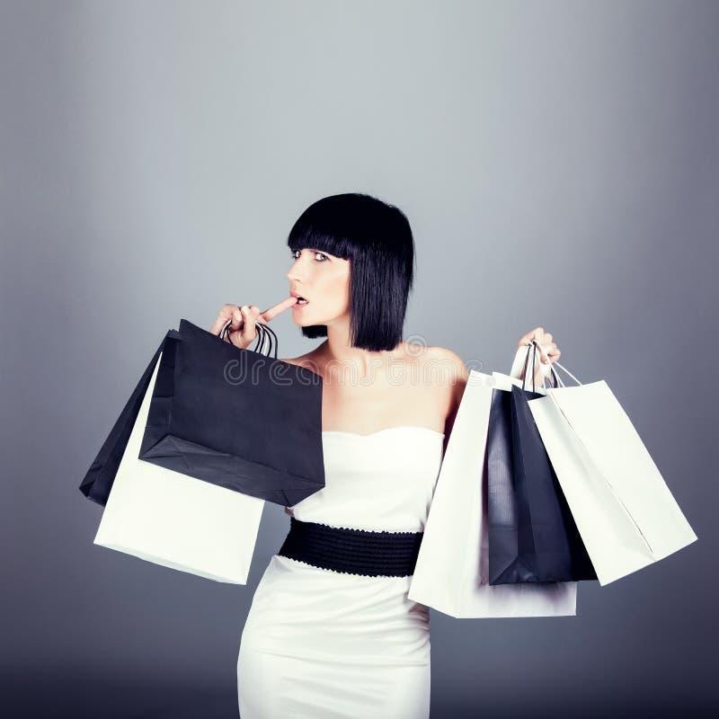 muchacha de compras que lleva nuevos bolsos foto de archivo libre de regalías