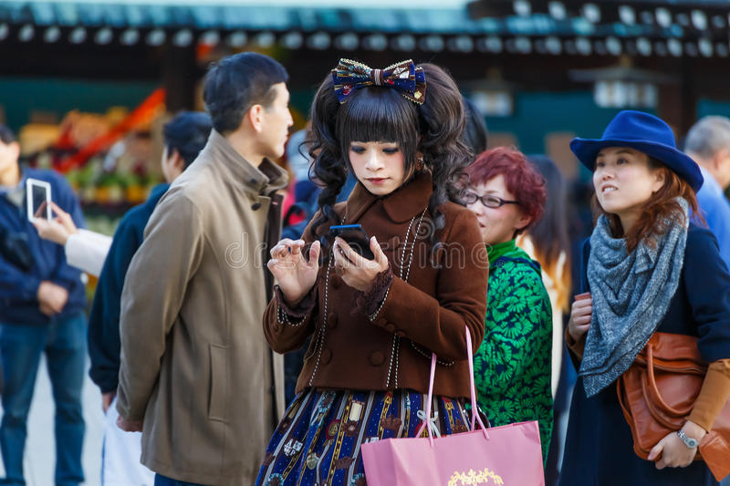 Muchacha de Cosplay en la capilla del jingu de Meiji en Tokio imagen de archivo