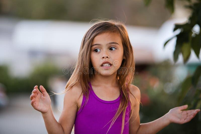 Muchacha de cuatro años cabelluda marrón que se pregunta imagen de archivo