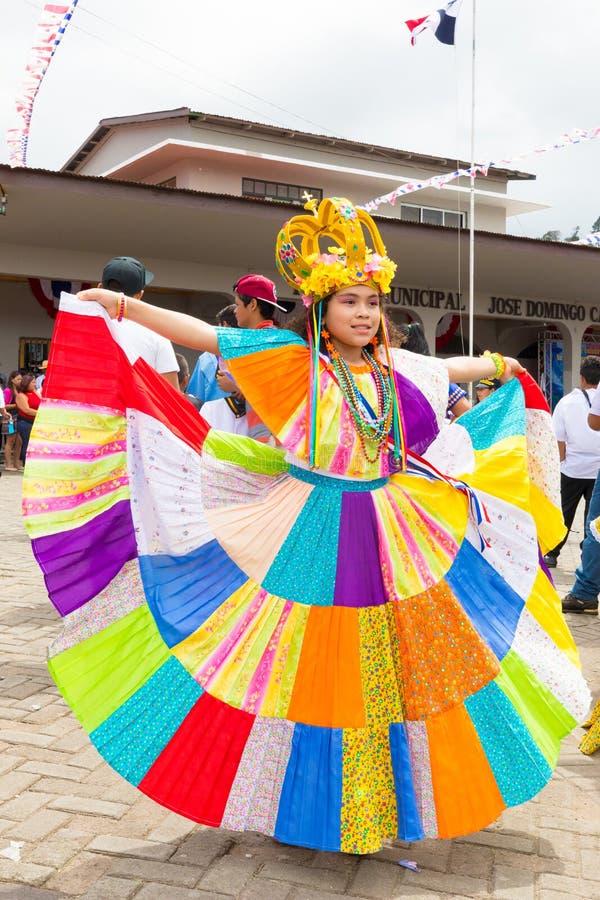 Muchacha de día del indipendence de Panamá en vestido tradicional colorido fotos de archivo