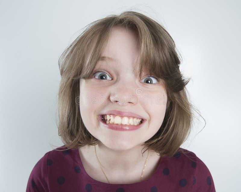 Muchacha de diez años con una sonrisa divertida imágenes de archivo libres de regalías